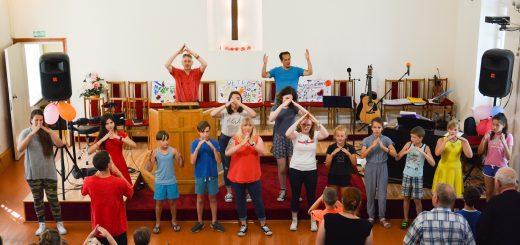 Vaikai gieda