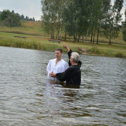 Baptistai krikštija